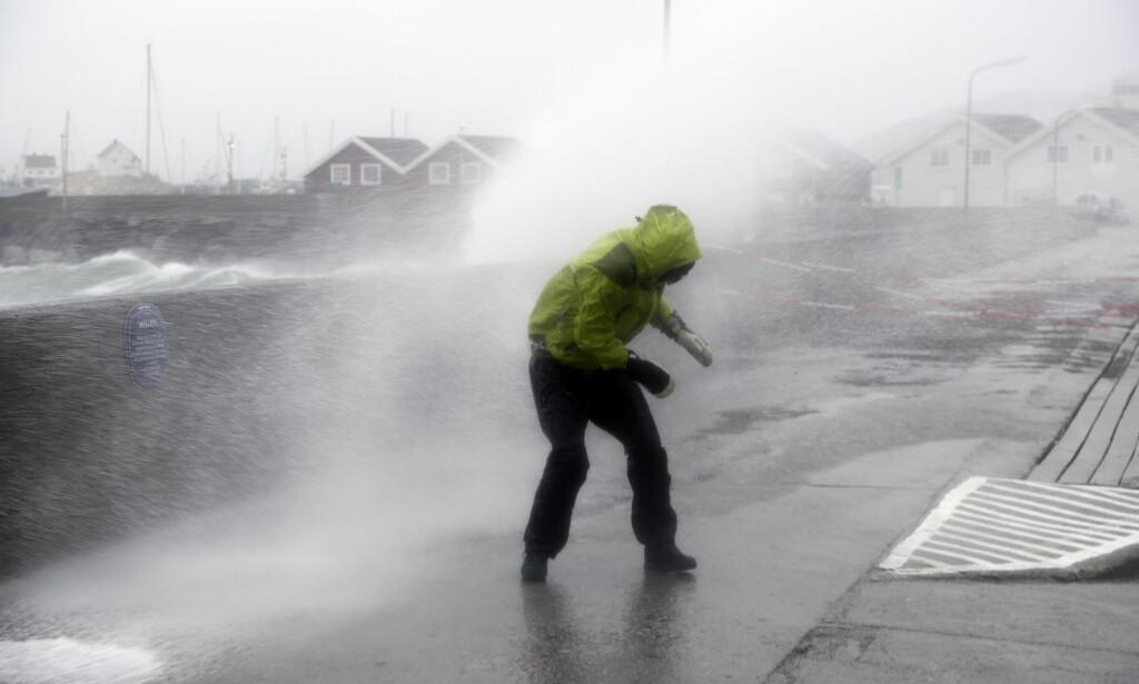 HARDE TAK: Da ekstremværet Ole nådde Bodø, blåste det friskt. Det kan bli tøffe tak mange steder i landet 1. og 2. juledag. Foto: Marius Helge Larsen / NTB scanpix