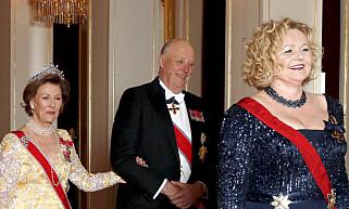 VIL FORHOLDE SEG TIL STORTINGET: Hoffsjef Gry Mølleskog, foran kongefamilien på vei inn til slottsmiddag. Foto: Vidar Ruud / NTB scanpix