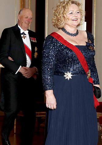 <strong>HOFFSJEF:</strong> Hoffsjef Gry Mølleskog er ansvarlig for pengebruken ved Det kongelige hoff. Her foran kongefamilien på vei inn til middag på Slottet. Foto: Vidar Ruud / NTB scanpix