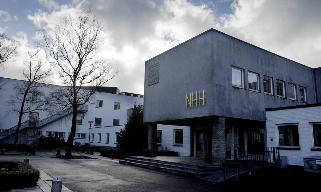 SJEKKER: Ansatte ved Norges Handelshøyskole (NHH) i Bergen overvåker sosiale medier under eksamen. Foto: Paul Sigve Amundsen / Samfoto