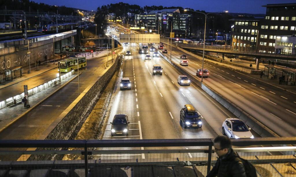 E18: Oversikt over motorveien tatt fra toppen av Lysakrelokket på Lysaker på grensen mellom Oslo og Bærum/Akershus. Foto: Stein J Bjørge