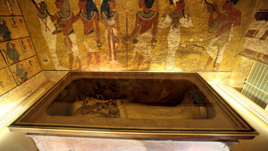 LEGENDARISK: Tutankhamon er fortsatt i gullsarkofagen sin i gravkammeret i Kongenes dal. Graven hans var svært godt bevart og hadde unngått plyndring da den ble oppdaget i 1922. Noen av de over 2000 gjenstandene som ble funnet i kammeret, har forbløffet mer enn andre. Foto: REUTERS/Mohamed Abd El Ghany/NTB scanpix