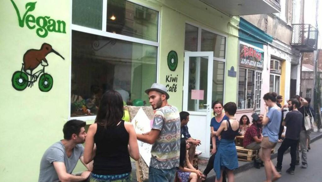 ANGREPET AV KJØTTHUER: Kiwi Cafe ligger i gamlebyen i Tbilisi. Cafeen har blitt et samlingspunkt for flere alternative grupperinger i det ortodokst kristne landet. Foto: Kiwi café