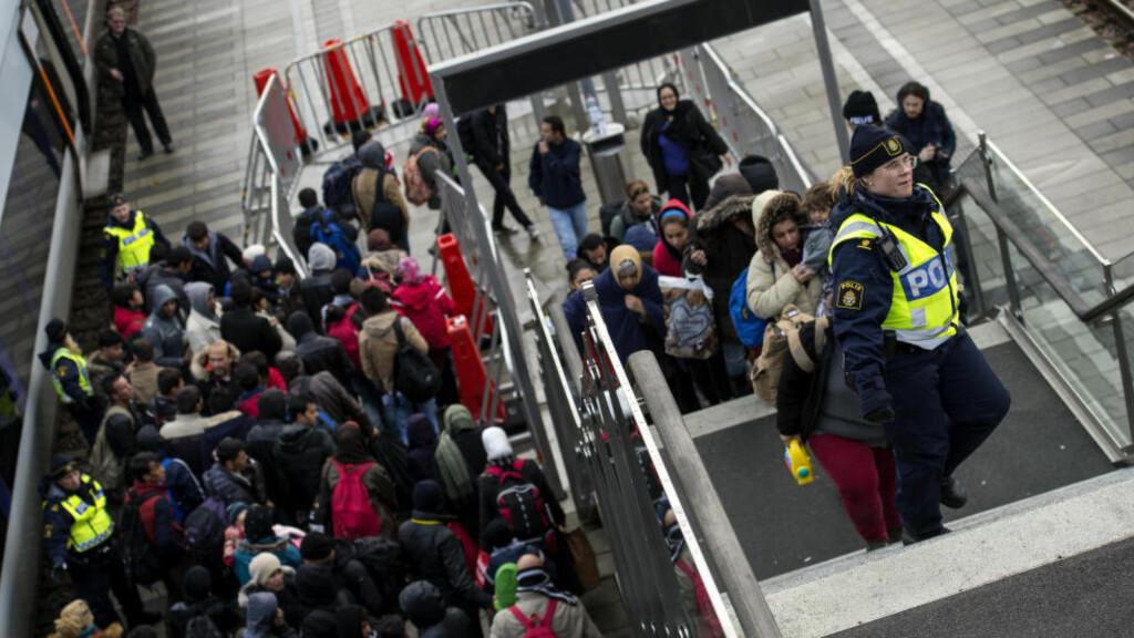 BORTPRIORITERT: En tredel av de nyankomne asylsøkerne til Sverige i fjor fikk arbeidstillatalse. Bare 492 av de 162 000 fikk jobb, viser tall fra Migrationsverket. Her kontrollerer politiet køen av nyankomne flyktninger ved Hyllie stasjon utenfor Malmö i desember i fjor.   Foto: Johan Nilsson / TT / NTB scanpix