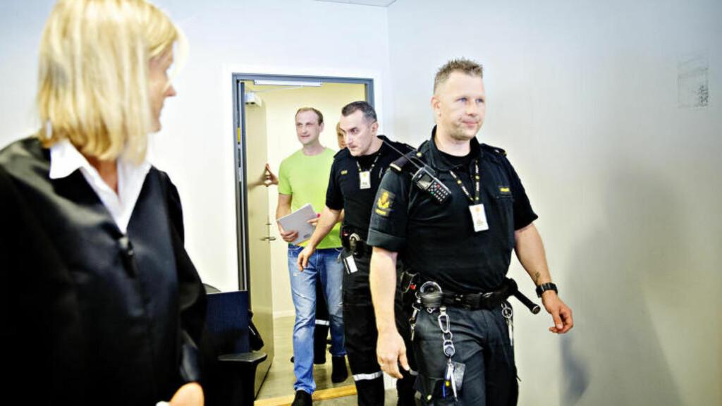 KOM SMILENDE: Drapstiltalte Donatas Lukosevicius smilte da han ble ført inn i Nordhordland tingrett. Foto: Nina Hansen/Dagbladet