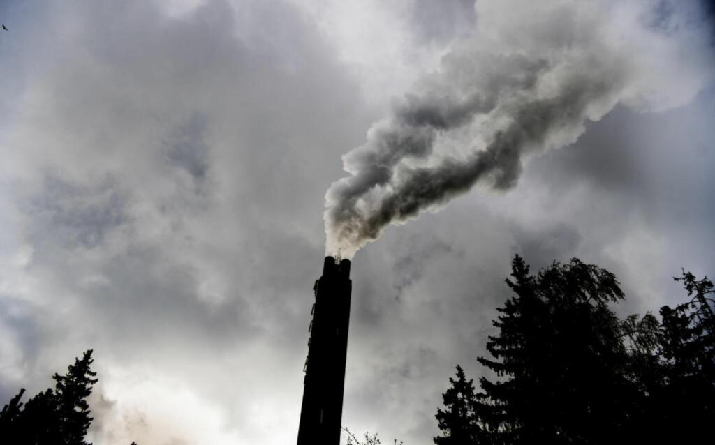 ØKER:  Klimautslippene i Norge har økt med 3,9 prosent siden 1990. Fra 2014-2015 økte de med 1,5 prosent. Her fra Klemetsrudanlegget i Oslo. Foto: Luca Kleve-Ruud / Samfoto