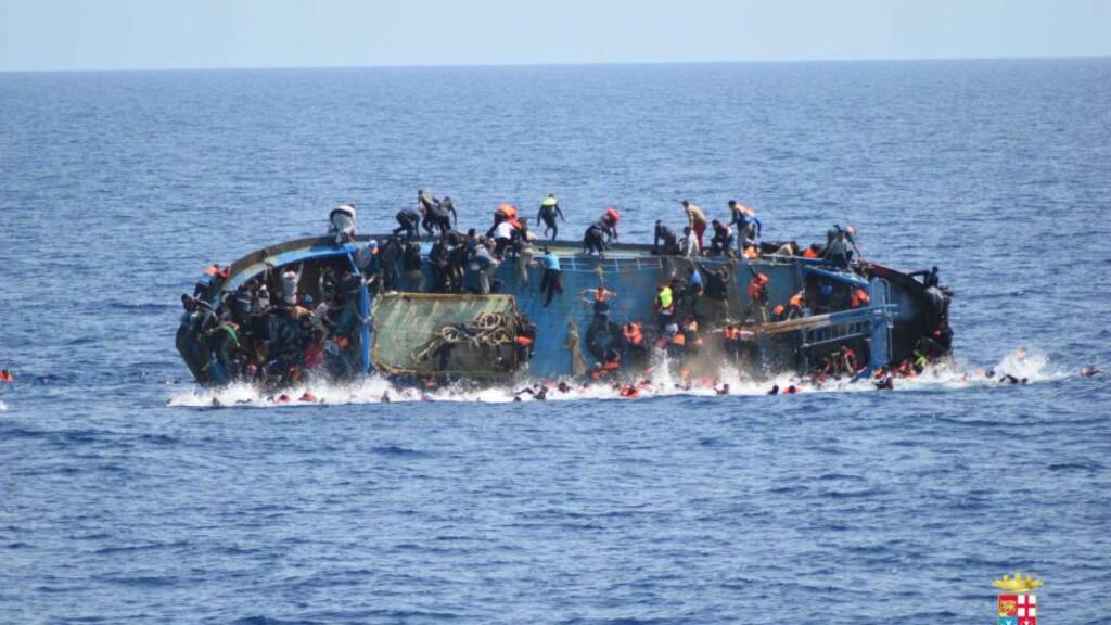 GÅRSDAGENS REDNINGSKATASTROFE:  I går formiddag skulle en italiensk marinebåt redde en fiskebåt som var sendt ut fra Libya, lastet med over 600 migranter. Men idet marinebåten nærmet seg fiskebåten, beveget veldig mange av personene om bord seg mot marinen. Da gikk det fryktelig galt. I dag skal flere personer ha druknet da de prøvde å ta seg til Europa via denne flyktningruta. Foto: Italian navy / Ap / Scanpix