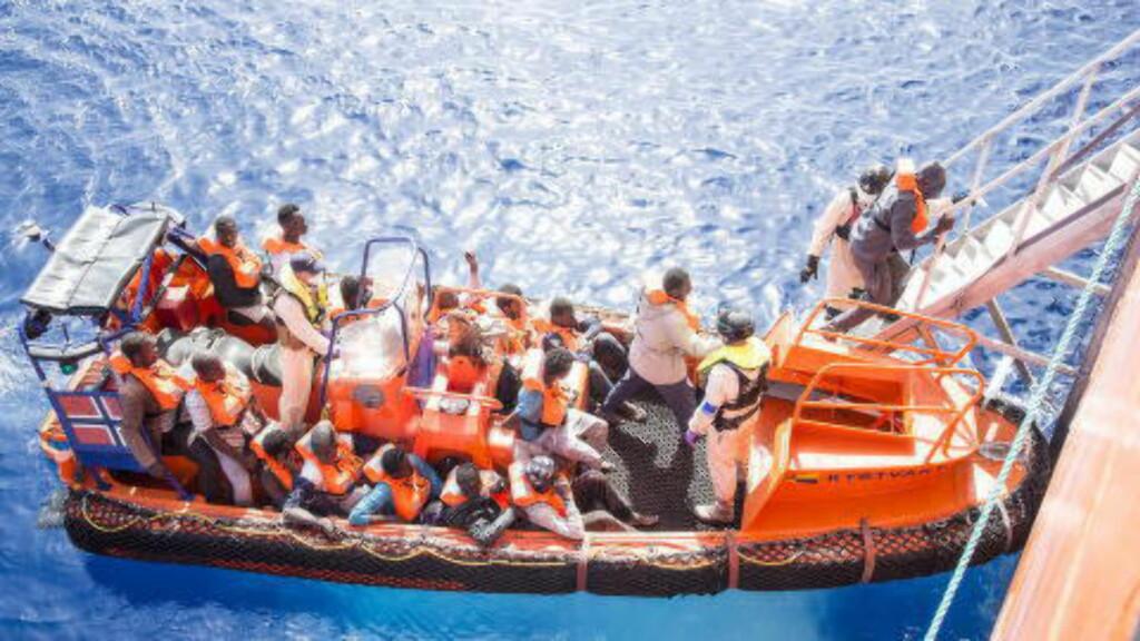 VIDERE TIL ITALIA:  Det norske skipet Siem Pilot fikk tirsdag kveld overført drøyt 1000 migranter og flyktninger fra et italiensk supplyskip. De skal videre til en italiensk havn. Foto: Hans Arne Vedlog / Dagbladet .