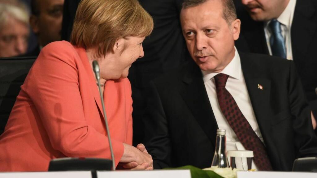 MAKTKAMP:  Under forhandlingene om flyktningavtalen har det hele tiden pågått en maktkamp mellom Angela Merkel og EU på den ene siden, og Tyrkias Recep Tayyip Erdogan på den andre. EU krever at Tyrkia oppfyller 72 krav før de får visumfrihet for tyrkere i Schengen. Men Erdogan har nektet å endre Tyrkias antiterror lovgivning. Foto: Ozan Kose / AFP Photo / NTB Scanpix
