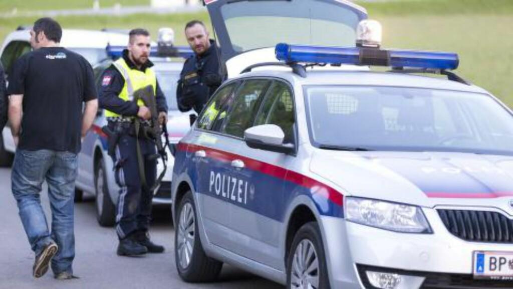 ETTERFORSKER: Politiet er på plass på stedet i Nenzing for å etterforske saken. Foto: AFP / NTB Scanpix.