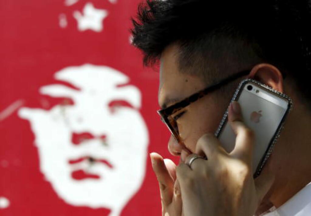 SER DEG: Kina bruker enorme ressurser på å sensurere og kontrollere internettrafikken i landet. Rundt to millioner kinesere skal være satt til å være nettpoliti. Foto: REUTERS/Kim Kyung-Hoon/