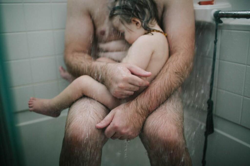 OMDISKUTERT: Bildet av en far som holder rundt sin syke sønn i dusjen har blitt delt flere titalls tusen ganger på Facebook de siste ukene.  I løpet av den samme perioden, har Facebook fjernet det gjentatte ganger. Det fikk fotograf Heather Whitten til å se rødt. Foto: Heather Whitten