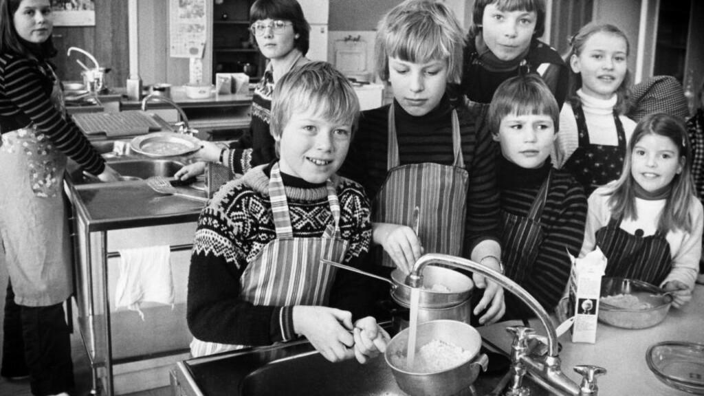 KORTVARIG MEN VIKTIG: Mat og helse tar ikke opp så mye tid i skolen, men fremmer sunne spisevaner og matkompetanse hos elevene. Faget burde bli mastergradsfag i 2017 mener Anne Selvik Ask, Elisabet R. Hillesund og Nina C. Øverby ved Universitetet i Agder. På bildet ser vi elever fra klasse 5b på Munkerud skoles kjøkken i 1980. Appelsinris og fiskegrateng sto på menyen den gang. Foto: Terje H.T. Andersen / NTB Scanpix