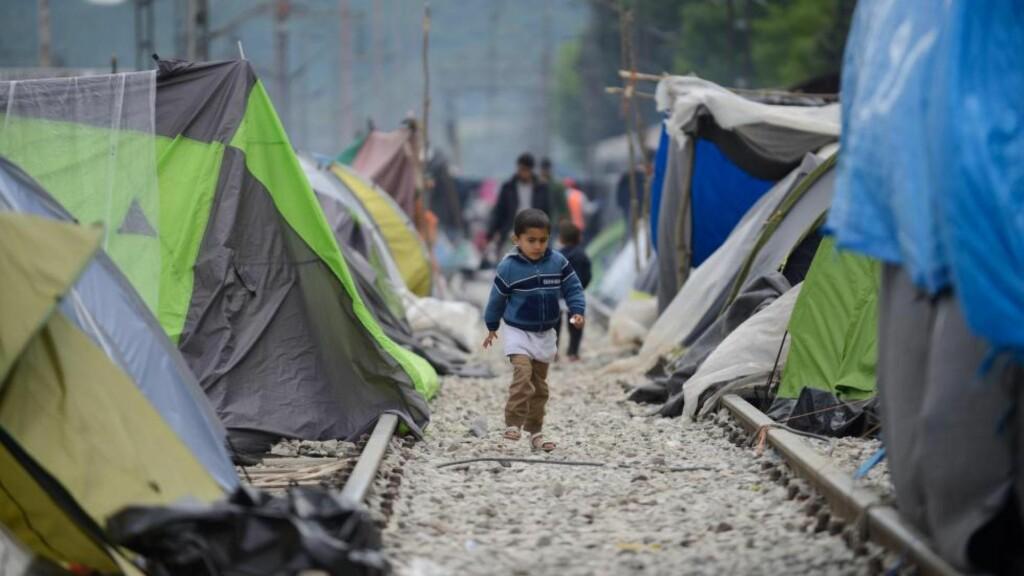 FLYKTNINGKRISA: Et barn mellom teltene i flyktningleiren i Idomeni 4. mai i år. Kronikkforfatteren kritiserer forholdene ved greske flykningleire.