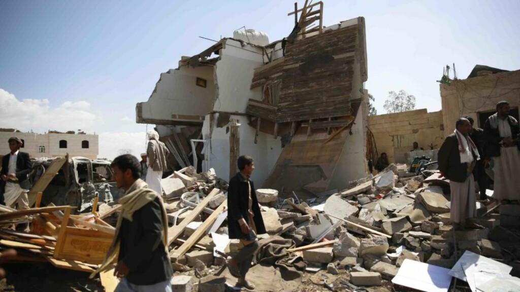BOMBER JEMEN: Utbombede hus i Sanaa i Jemen i går - etter flyangrep fra den Saudi-Arabia-ledete koalisjonen. Foto: Hani Ali / Xinhua /  Sipa / NTB Scanpix