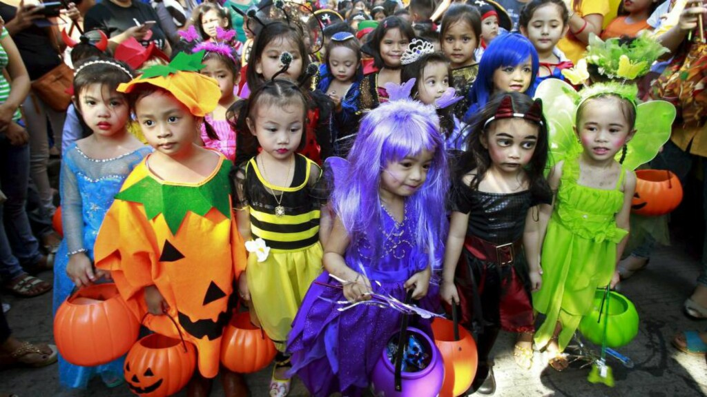 I GANG: Disse barna fra en skole på Filippinene startet Halloween-feringen allerede fredag med en stor parade og en moderat Halloween-utrustning i Manila sentrum. Foto: Reuters / NTB Scanpix