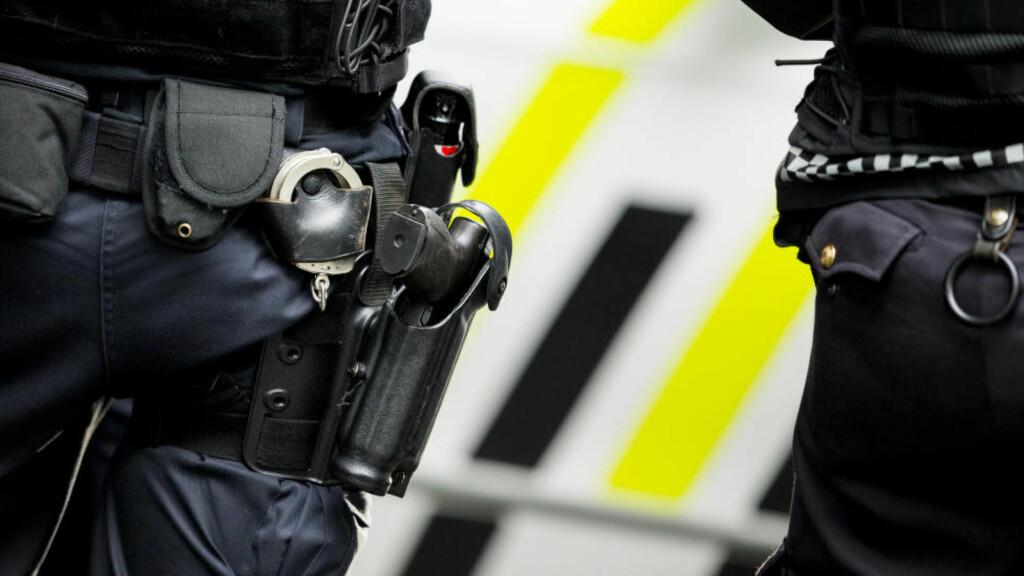 Oslo  20150805. Politiet bevæpnet med pistol har sperret av en stor del av universitetsområdet på Blindern i Oslo onsdag etter at en bombelignende gjenstand er funnet. Politiet jakter også på to menn etter en skyteepisode. En Nokas-vekter skal ha blitt skutt på Universitet natt til onsdag. Foto: Vegard Wivestad Grøtt / NTB scanpix