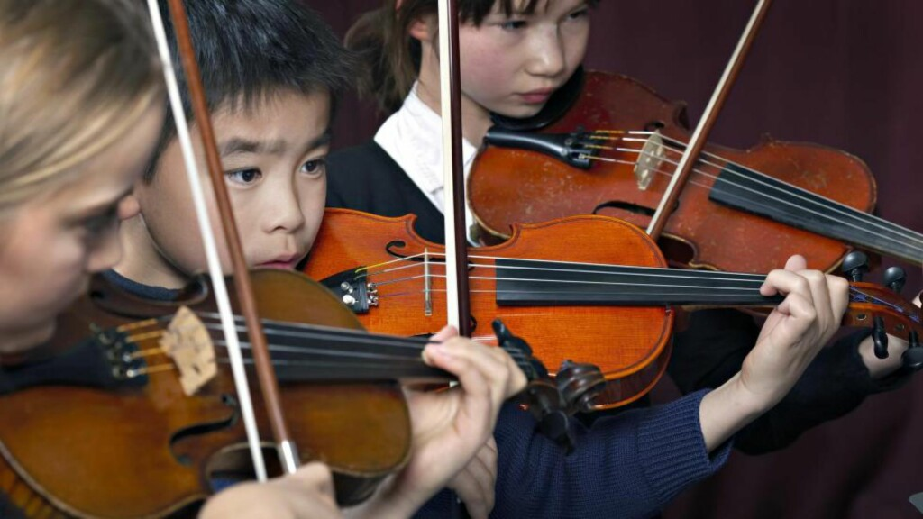 MUSIKALSKE GENER: Unge fiolinister konsentrerer seg under konsert. Foto: © John Petter Reinertsen / Samfoto