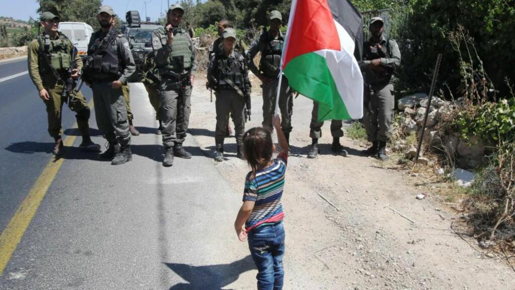 PROTEST: Israelske soldater følger med når ei palestinsk jente tidligere i høst protesterer på sin måte mot den israelske okkupasjonen av Vestbredden. Foto: AFP / NTB Scanpix