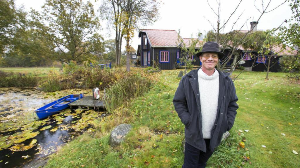 NY BOK: Forfatteren Niels Chr. Geelmuyden har skrevet boka «Sannheten i glasset», og har hisset på seg Mattilsynet. Her er han hjemme på Tjøme. Foto: Gorm Kallestad / NTB Scanpix