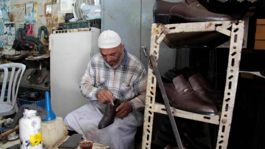 JOBBER PÅ VESTBREDDEN: Palestinere ansatt i israelske bedrifter på Vestbredden tjener dobbelt så mye som i områdene styrt av Den palestinske selvstyremyndigheten, skriver Israels ambassadør. Denne mannen jobber på en skofabrikk i Nablus. Foto: NTB Scanpix
