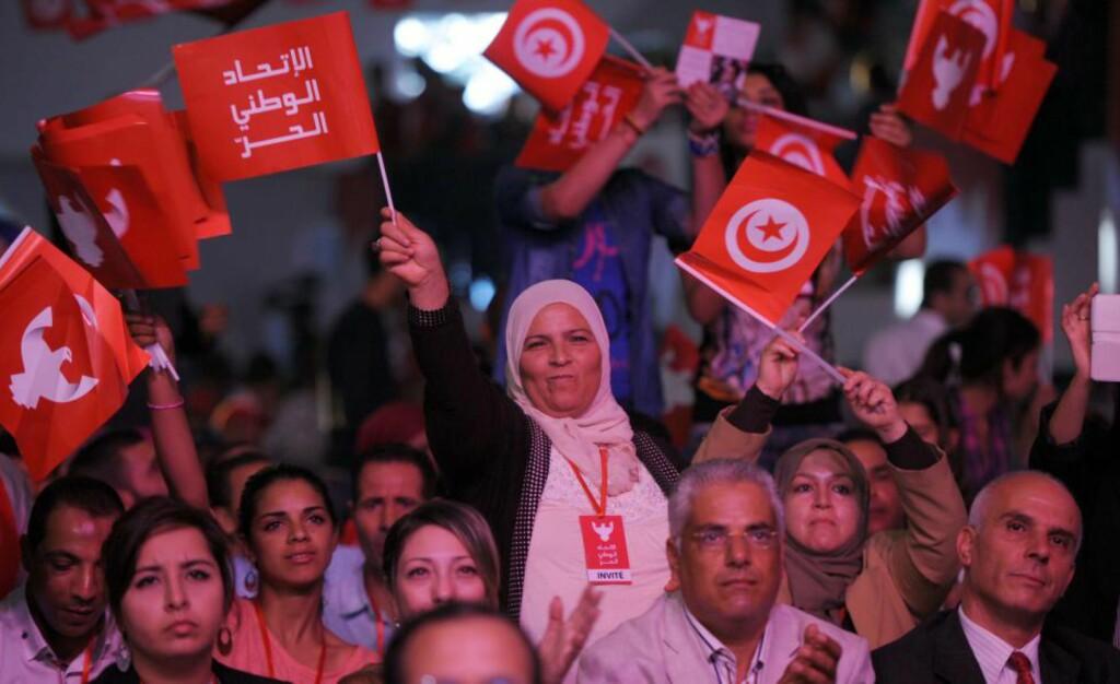 REVOLUSJON: For første gang etter revolusjonen i 2011 kunne folket i Tunisia delta i et fritt valg 26. oktober 2014. I år hedres revolusjonen med Fredsprisen. Tunisia har gitt et håp til folk i en del av verden som herjes av krig, vold, blodbad og undertrykking.  Foto: AFP / Scanpix / FETHI BELAID