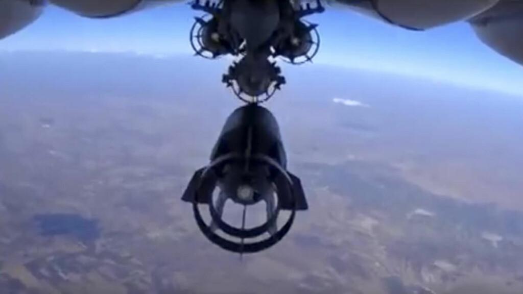 KLAR FERDIG, BOMB: Et russiske fly slipper en bombe over Syria. Bildet er fra Det russiske forsvarsdepartementet. Foto: AP/Scanpix