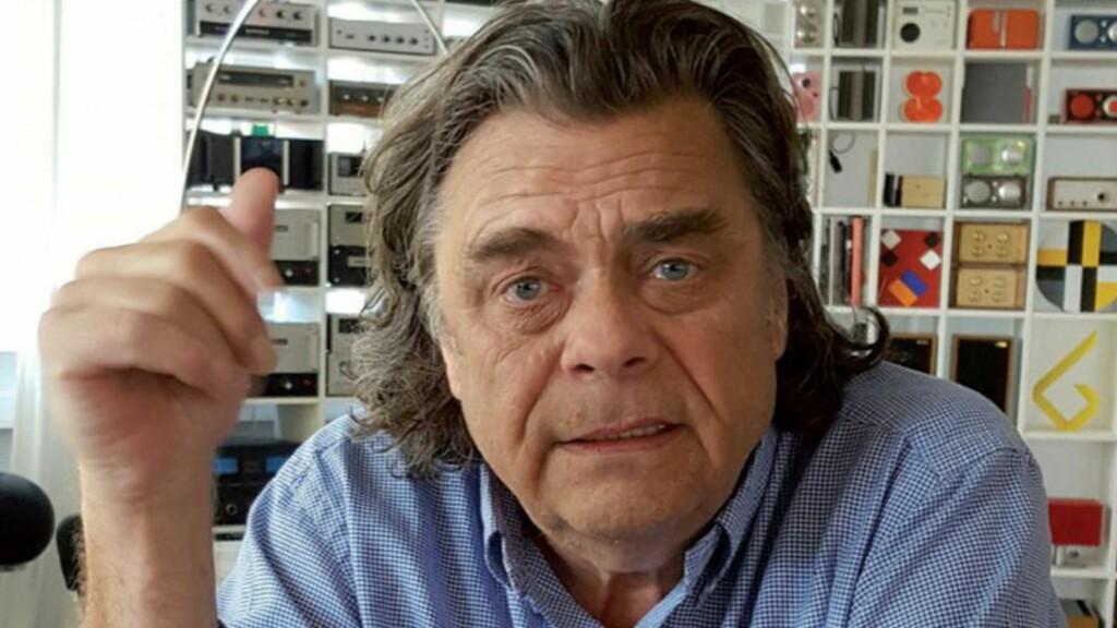 PÅ VEI TIL SKOLEN: Erling Neby har en høyt personlig og imponerende samling kunst han har kjøpt de siste 40 åra. Denne helga tar han med seg en bunke bilder hjem til Trysil. Foto: Torill Odden.