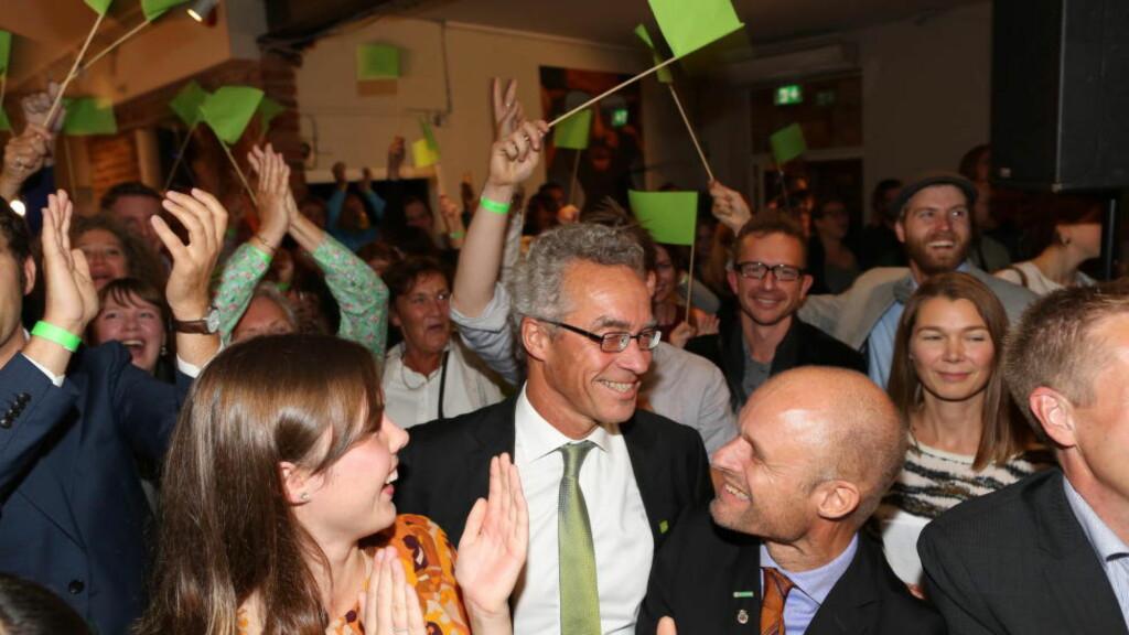 BREDE GLIS: Rasmus Hansson og Harald Nissen i feststemning på MDGs  valgvake. Foto: Tomm W. Christiansen / Dagbladet