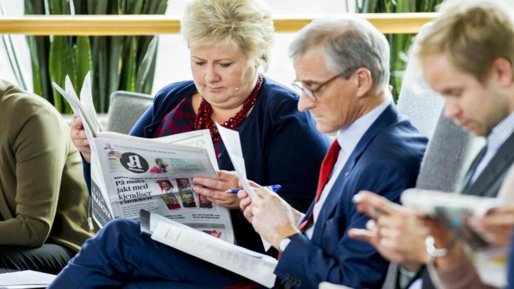 HOVEDAKTØRENE: Statsminister Erna Solberg og Ap-leder Jonas Gahr Støre leser i pausen under en partilederduell i VGTV-studio i Oslo.