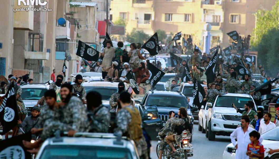 <strong>MANER TIL KAMP:</strong> Den såkalte islamske staten (IS) i deler av Syria og Irak forsøker å skape et bilde om at vi nå er inne i en kamp mellom Vesten og islam. En undersøkelse viser at 6 av 10 Oslo-ungdommer mener det samme. Bildet er fra to år siden, da IS plutselig dukket opp som en ny og inntil da, ukjent, gruppe. Nå er presset på IS stort, og de mister terreng. Foto: Ap / Scanpix&nbsp;