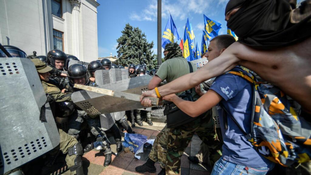 NY FRONT : Demonstrenter fra partiet Svoboda og andre høyre-partier i Kiev i går. Foto: Demotix / Corbis / NTB Scanpix