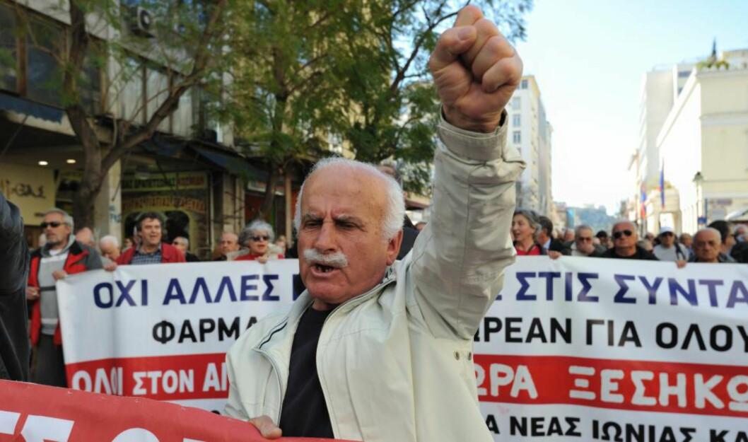 <strong>ELDREOPPRØR:</strong> Pensjonister marsjerer i gatene i Athen i år for å protestere mot kutt i pensjonene deres mot egenbetaling for helsetjenester. I motsetning til vidspredte myter er greske pensjoner ikke mye å juble for og grekerne arbeider lenge. Mange av dem må også forsørge de yngre i familien. Men det finnes noen uforståelige unntak, som nå er i ferd med å forsvinne. Foto: Nicolas Koutsokostas / Demotix / Corbis / Scanpix