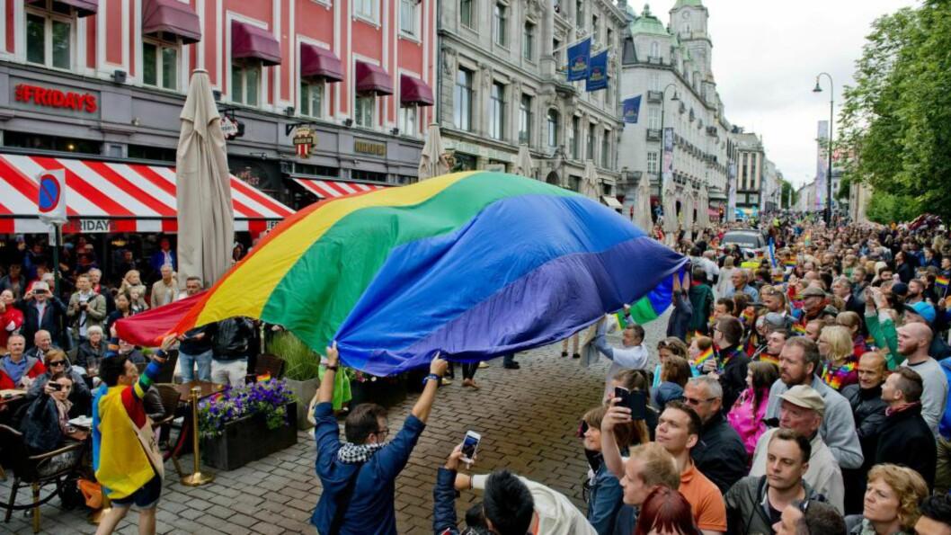 På lørdag går paraden under Oslo Pride. Det er forhåpentligvis det siste året vi trenger å gå med paroler som oppfordrer staten til å fjerne kravet om kastrering for å få juridisk anerkjennelse for sin kjønnsidentitet, skriver kronikkforfatteren. Foto: NTB scanpix