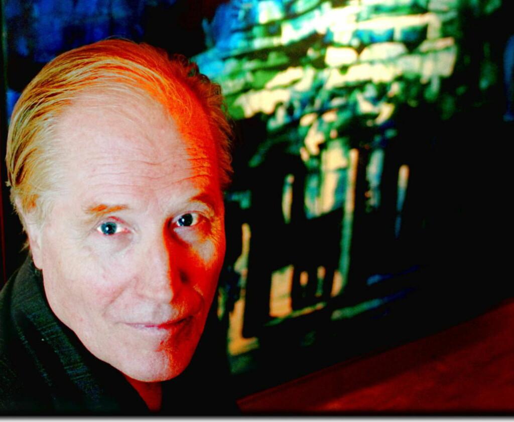 JUBILANT: Stein Mehren fyller 80 i dag. Bildet er tatt på en utstilling av poetens bilder. - Jeg debuterte som billedkunstner i Dagbladet med illustrasjon til et dikt i 1967. Og Gösta Hammarlund sa at det bor en billedkunstner i meg, sier Stein Mehren (65) foran bildet «Natt». Foto: TOM MARTINSEN  Behandlet i photoshop