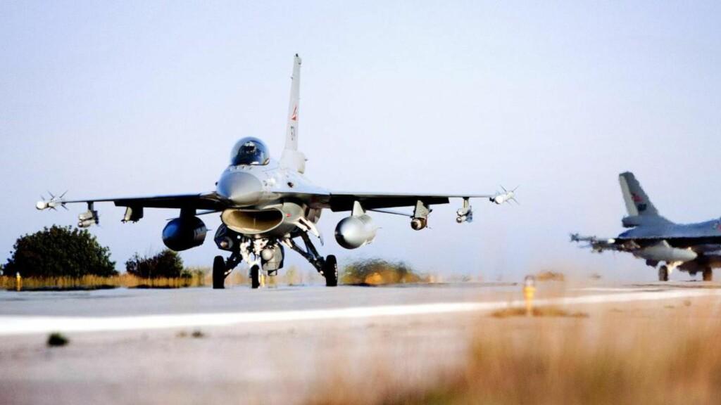 MILITÆR INTERVENSJON: Seks norske F16-fly slapp nesten 600 bomber over Libya i 2011, flere av disse i tettbygde strøk. Bombingen ble i Norge framstilt som en del av kampen for demokrati og menneskerettigheter i Midtøsten, mens skeptikere advarte mot at et angrep kunne dele landet, gi makt til radikale islamister og skape en humanitær katastrofe som var større enn den angrepet var ment å avverge. Hittil er det mye som gir skeptikerne rett, skriver kronikkforfatterne. Foto: Lars Magne Hovtun  Foto: Lars Magne Hovtun