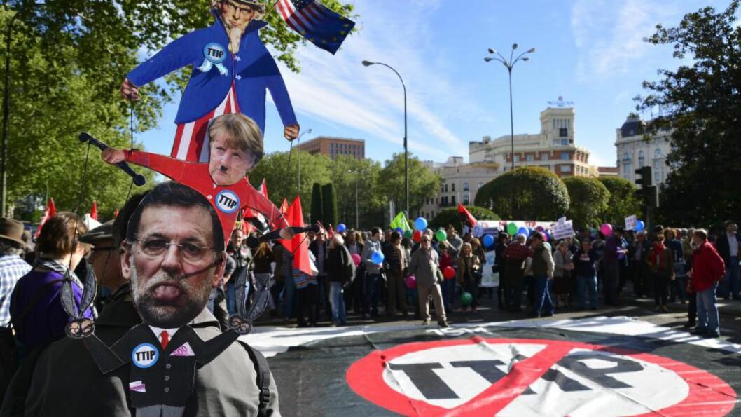 <strong>DEMONSTRERER:</strong> Over hele Europa marsjerer nå folk i protest mot forhandlingene om fri handel med tjenester. Her fra en demonstrasjon i Madrid 18. april. Foto: Demotix / NTB Scanpix