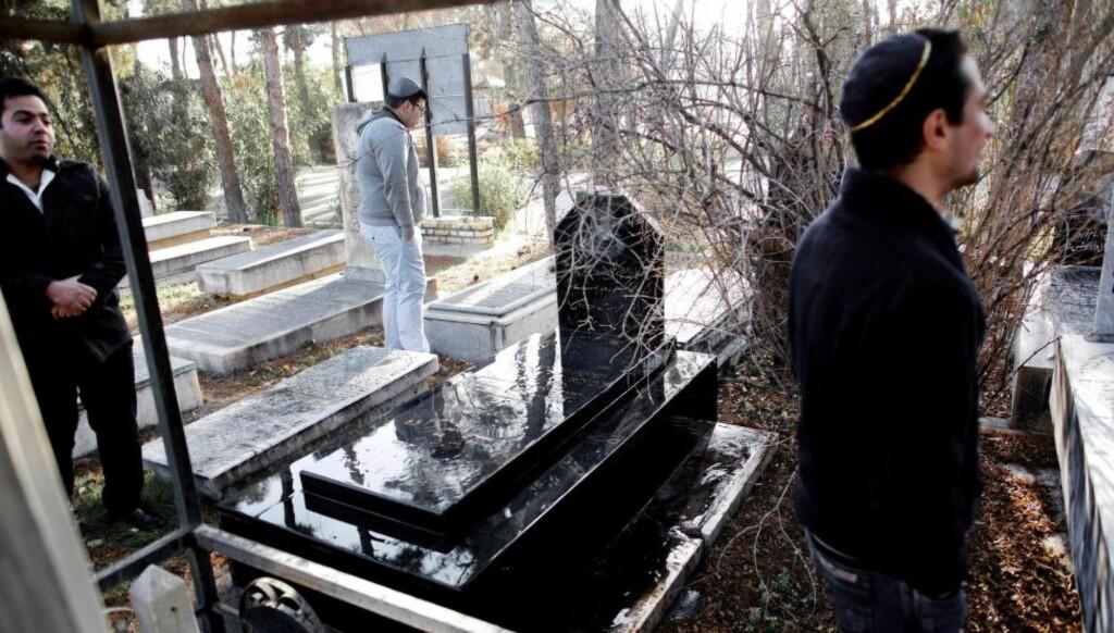 FÅTALLIGE: Iranske jøder ved slektningenes graver på Beheshtieh-kirkegården, som er den eneste gjenværende jødiske kirkegården i Teheran. Den jødiske befolkningen i Iran har falt med 70 prosent etter den islamske revolusjonen i 1979. Foto: AFP / NTB Scanpix
