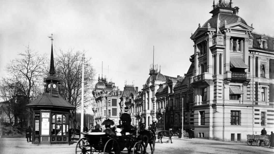 RIVNINGSSKANDALE: Det engelske kvarter på Solli plass ble revet i 1962, et sjeldent boligkompleks, tegnet av Bernhard Steckmest og Paul Due i 1882. Foto: Anders B. Wilse / Oslo Museum