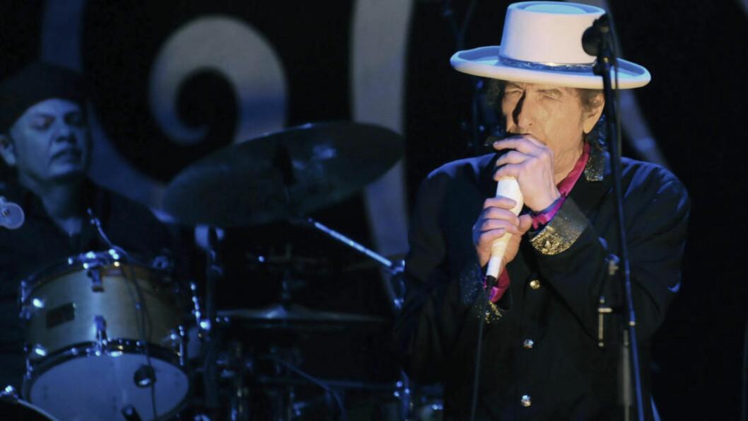 <strong>CROONER:</strong> På sin nyeste plate gjør Bob Dylan coverlåter av sanger spilt inn av Frank Sinatra. Forleden holdt han en tre kvarters tale der han gikk ut mot de som har kritisert både den plata og Dylans stemme i sin alminnelighet. Man skulle nesten tro han leste opp et kapittel fra et eventuelt nytt bind av sine kritikerroste memoarer. Foto: Scanpix/Dagbladet.