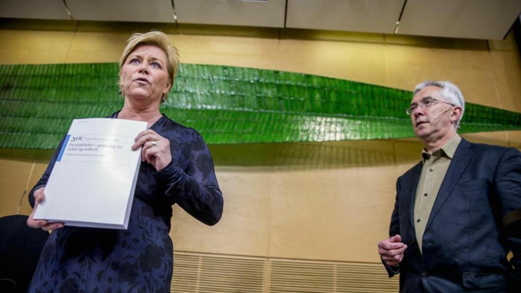 SOM BESTILT: Produktivitetskommisjonen med leder Jørn Rattsø, overleverte den første rapporten til finansminister Siv Jensen tirsdag formiddag. Den inneholder klare argumenter for regjeringens politikk.