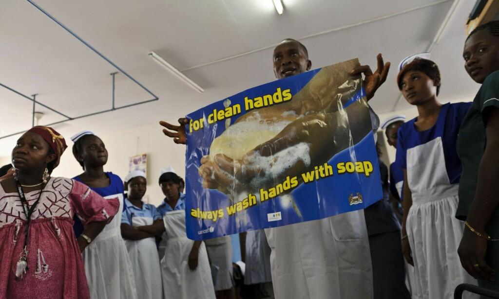 FREMSKRITT: Sierra Leone har gjort store framskritt, takket være prioritert satsing fra Storbritannia fra 2000 og i et tiår framover. Her demonstrerer en sykehusansatt i Freetown riktig hygiene gjennom sang og teater. Foto: Science Photo Library / NTB Scanpix