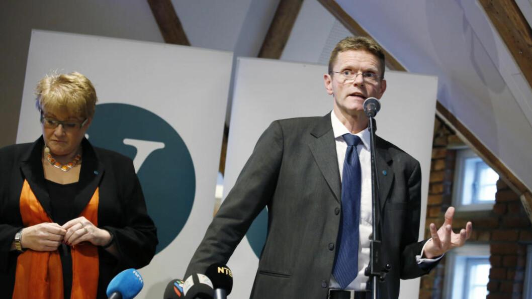 SELVTILLITEN I ORDEN: Venstre mener de har løsningen på statsbudsjettets popularitetsproblemer. Venstre-leder Trine Skei Grande og nestleder Terje Breivik holdt pressekonferanse i dag. Foto: Foto: Jacques Hvistendahl / Dagbladet.