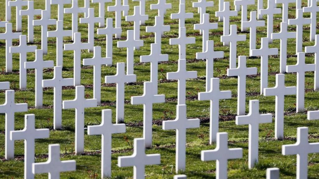 Propaganda: 16142 soldater fikk sin grav bare ved denne ene gravlunden nær Verdun. Hvordan skulle president Wilson overtale den amerikanske befolkningen  om at det var rett å sende soldater hit? Svaret var propaganda.  Foto: Charles Platiau / Reuters / NTB Scanpix