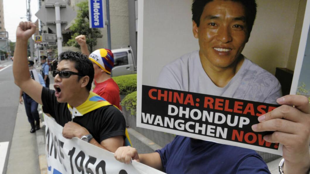 <strong>LØSLATT:</strong> Demonstranter aksjonerer for den fengslede tibetanske videokativistenr Dhondup Wangchen som ble fengsler i Kina i 2008. I juni i år ble han løslatt. Nå får han en pris av Oslo Freedom Forum. Foto:  AFP / NTB Scanpix