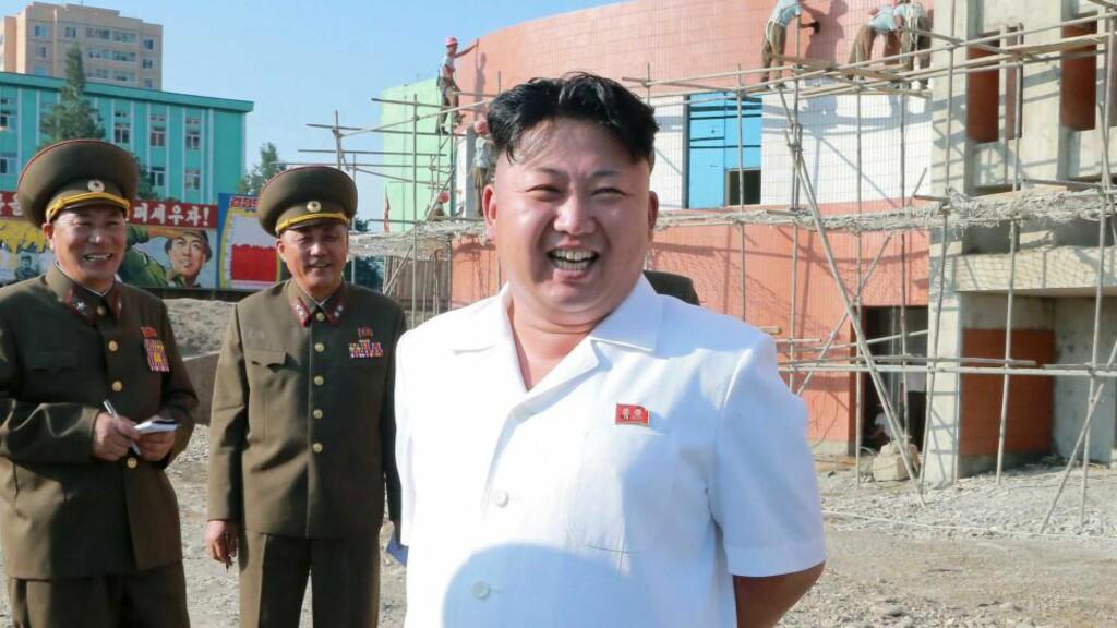 'FORSVUNNET: Kim Jong-un (t.h.), her i et udatert bilde sluppet av det statskontrollerte KCNA i August i år. Nå har han ikke vært i mediene på flere uker, og det spekuleres i om at han er syk. Men hvorfor får vi vite det?                               Foto:  AFP PHOTO / KCNA / Scanpix