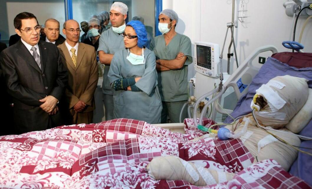 <strong>MARTYR:</strong> Mohamed Bouazizi helte bensin over seg selv og tente på. Dette førte til at håpet ble tent i den arabiske verden. Her får han «besøk» av daværende Tunisia-president Zine al-Abidine Ben Ali på sykehuset. Mohamed døde seinere på sykehus, presidenten flyktet og regimet falt. Foto: Stringer/EPA