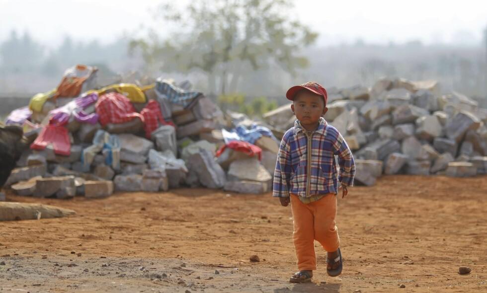 LITE FOKUS: - Det vi fant, var at det ble satt lite fokus på konfliktsensitivitet og konfliktanalyse i de prosjektene og prosjektdokumentene vi så på. Det var litt overraskende, sier Fafo-forsker Svein Erik Stave etter å ha undersøkt norsk Myanmar-bistand på naturressurs- og miljøområdet. Her en barneflyktning fra en konfliktsone i en midlertidig flyktningleir i KyaukMe i den nordlige Shan-staten i februar i år. Foto: EPA/Hein Htet