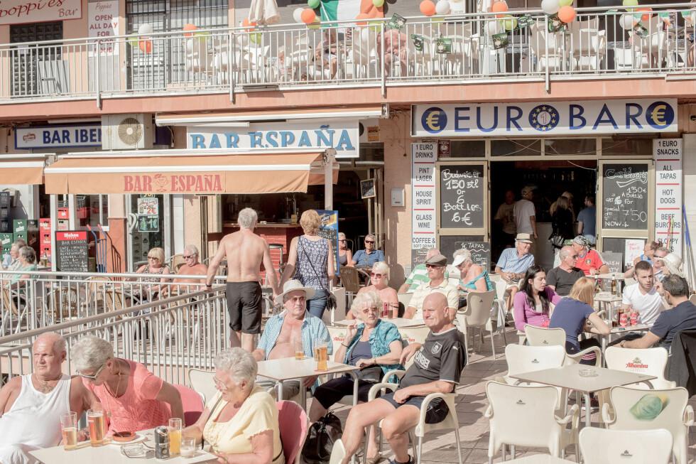 BRITISKE INNVANDRERE: Britene utgjør den største innvandrergruppa i Spania. Nå begynner alvoret å gå opp blant dem for hva som kan skje dersom Storbritannia skulle melde seg ut av EU. Foto: David Ramos / Getty Images / Scanpix