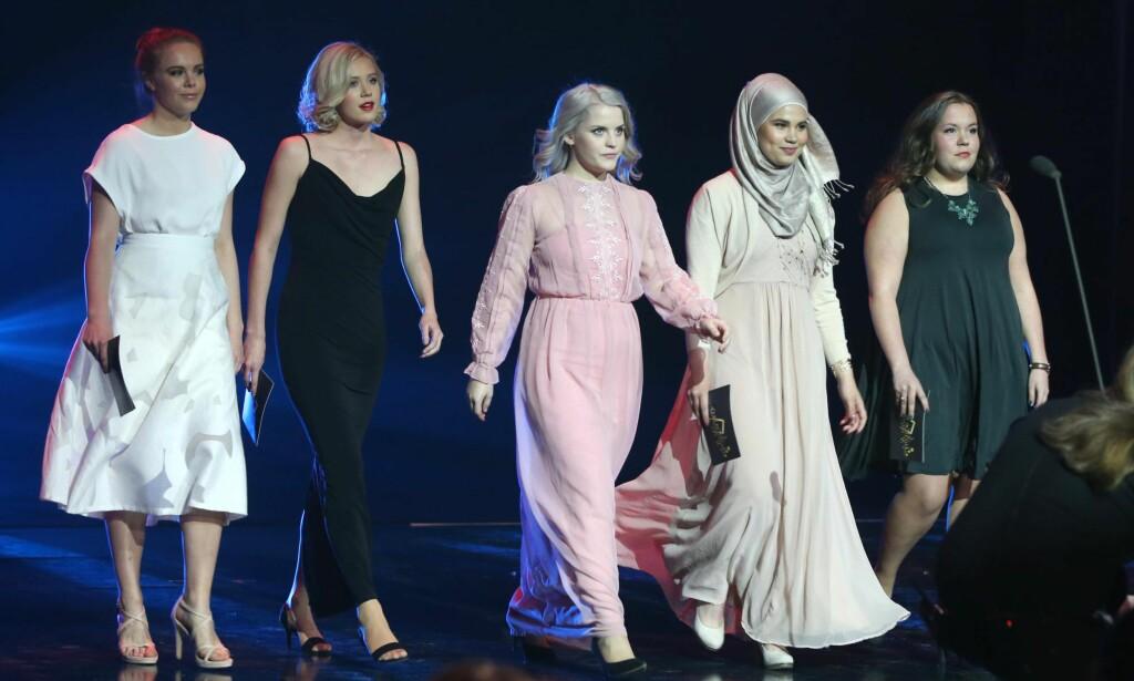 PRIS: Jentene fra serien Skam kommer på scenen for å dele ut pris under Gullruten i Grieghallen. Foto: Lise Åserud / NTB scanpix